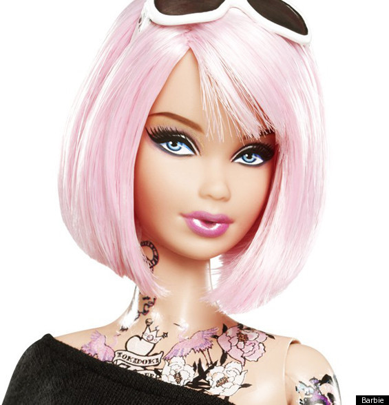Papusa Barbie cu tatuaje